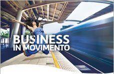 una scritta Business in Movimento, una ragazza che salta e accanto un treno che passa