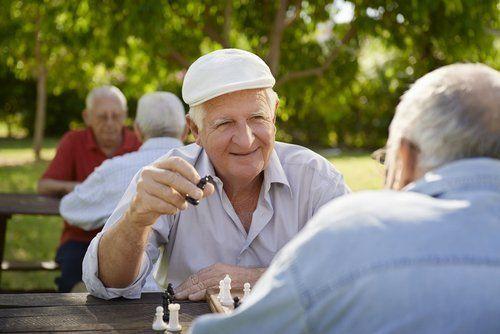 anziani che giocano a scacchi