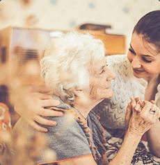 Anziana signora viene abbracciata da una ragazza