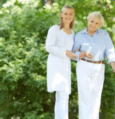 anziana signora e giovane ragazza con natura sullo sfondo