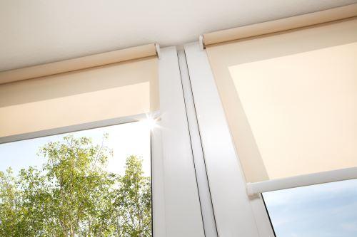 delle tende a rullo arancioni alle finestre