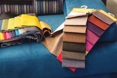 degli esempi di stoffe di diversi colori