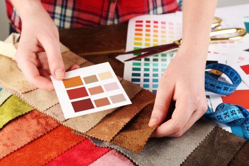 uomo mentre sceglie il colore di alcuni tessuti
