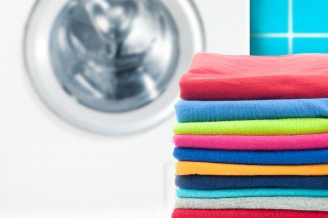 degli asciugamani piegati di diversi colori