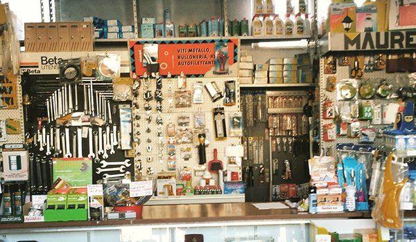 interno di un negozio con attrezzi esposti su un pannello e accanto altri articoli da ferramenta
