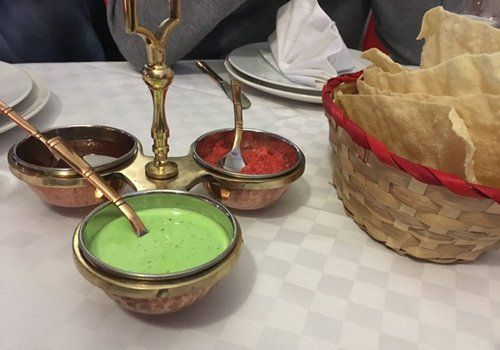 pane e salse indiane servite al tavolo