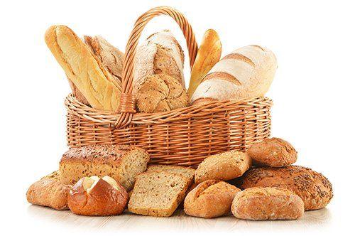 assortimento pane in un cesto di vimini