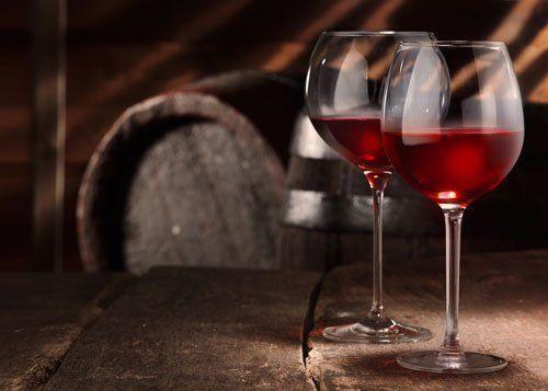 Due bicchieri di vino rosso su un tavolo in una cantina di birra epoca