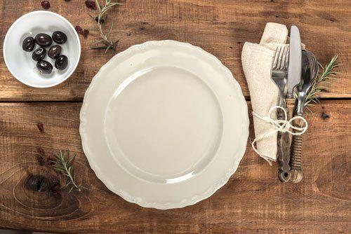 Rustico tavolo in legno vecchio ristorante mediterraneo con posate