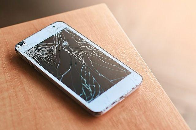 uno smartphone con lo schermo rotto
