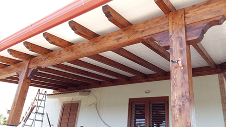 delle travi in legno di una copertura