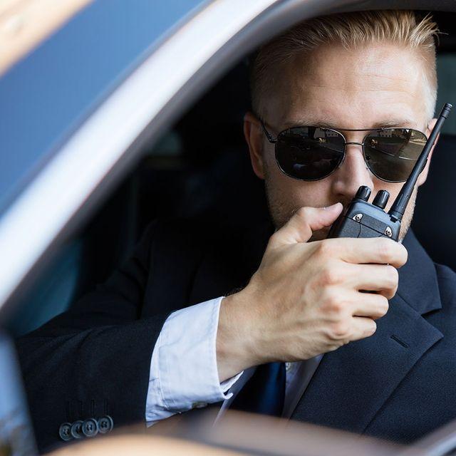 un ragazzo con degli occhiali da sole e un walkie talkie