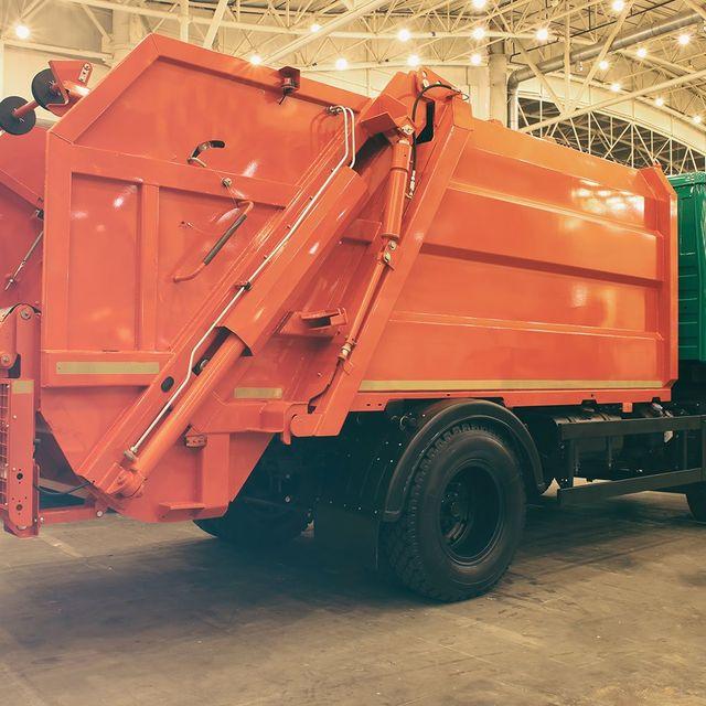 un cassonetto arancione di un rimorchio di un camion dei rifiuti