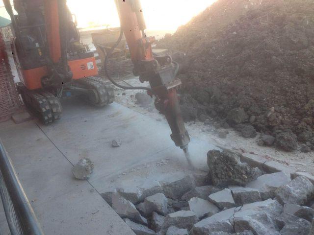 Escavatore al lavoro muove i detriti di un edificio ad Arsago Seprio