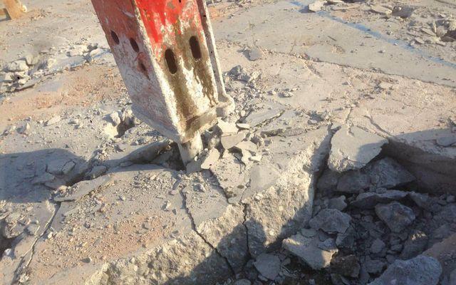 Escavatore al lavoro muove i detriti dell'edificio ad Arsago Seprio