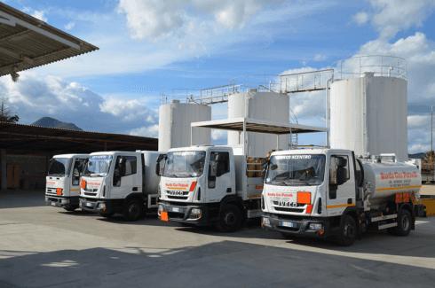 Camion per il trasporto del carburante nel petrolio pianta industriale