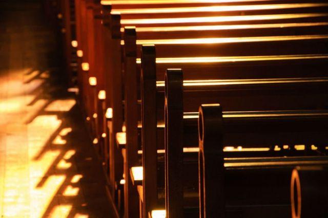 delle panchine in legno in una chiesa