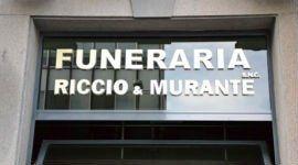 un'insegna con scritto Funeraria Riccio E Murante