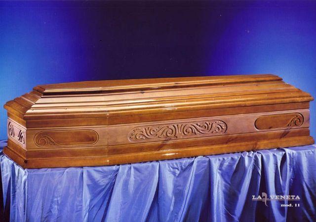 una bara in legno marrone