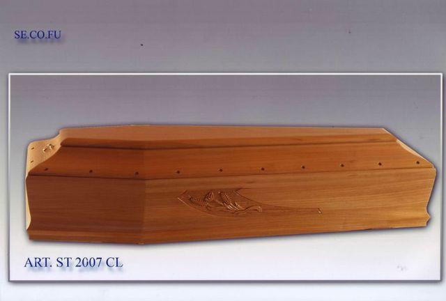 una bara in legno con il disegno di un mazzo di fiori
