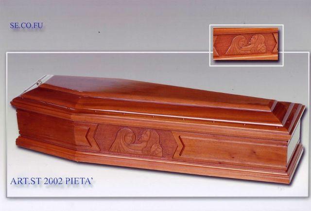 una bara in legno con il disegno di Gesu' e la Madonna