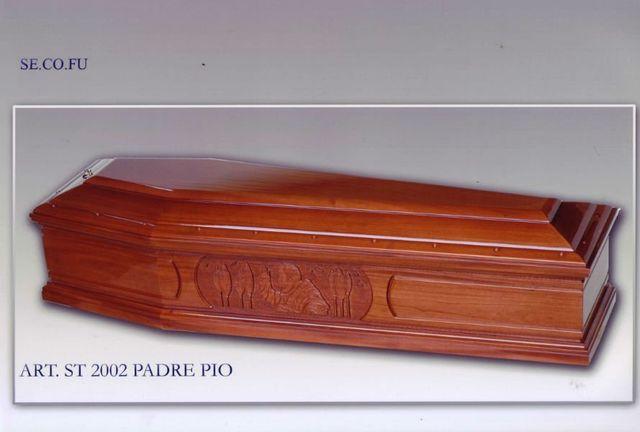 una bara in legno con il disegno di Padre Pio