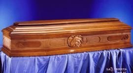 una bara in legno con il volto di Cristo disegnato