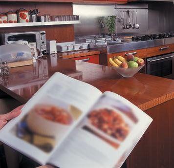 immagine sfocata di un libro aperto in cucina