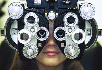 donna durante un controllo della vista