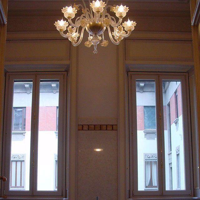due finestre e un lampadario sul soffitto