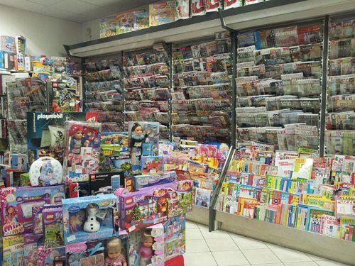 vasto assortimento di libri e giocattoli