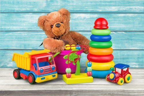 Vari giocattoli colorati per bambini e un orsacchiotto