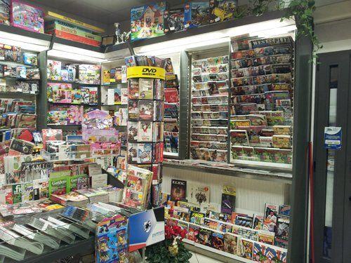 Interno dell'edicola con giornali, DVD e giocattoli