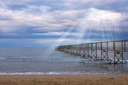 un pontile sul mare