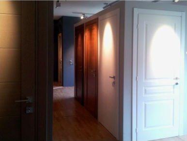 delle porte in legno di diversi colori