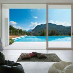 una porta finestra scorrevole con vista di una piscina