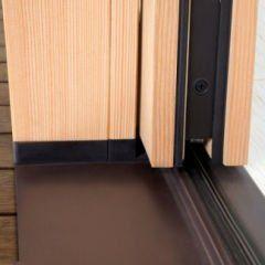 una guida di una porta scorrevole in legno