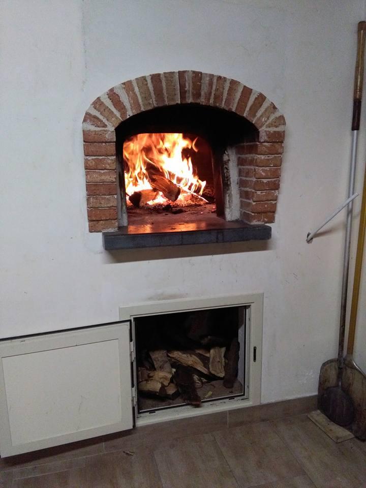Cottura della pizza nel forno a legna / La Cartiera a Fiumidinisi