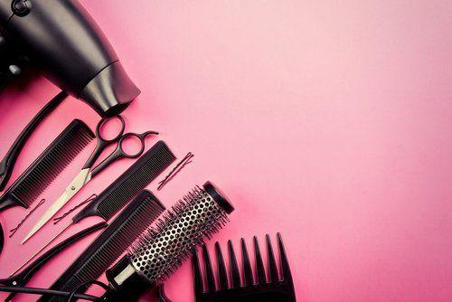 strumenti da parrucchiere su fondo rosa