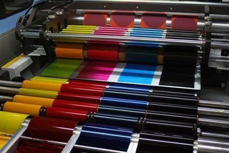 delle etichette colorate in una macchina da stampa