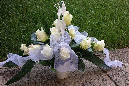 Vaso con rose bianche e fiocco di tulli bianco