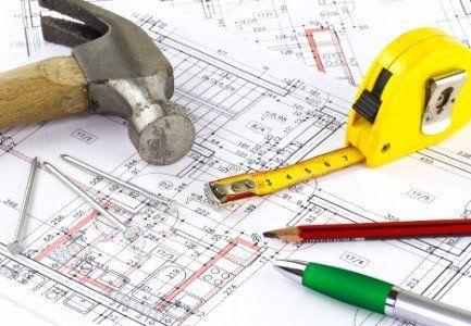 martello altri utensili sul progetto di un edificio
