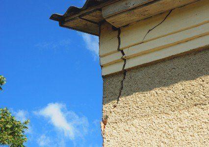 Edificio con una spaccatura del muro sotto il cornicione