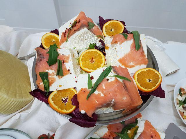 formaggio simil ricotta con salmone e fette di arancio sopra un vassoio