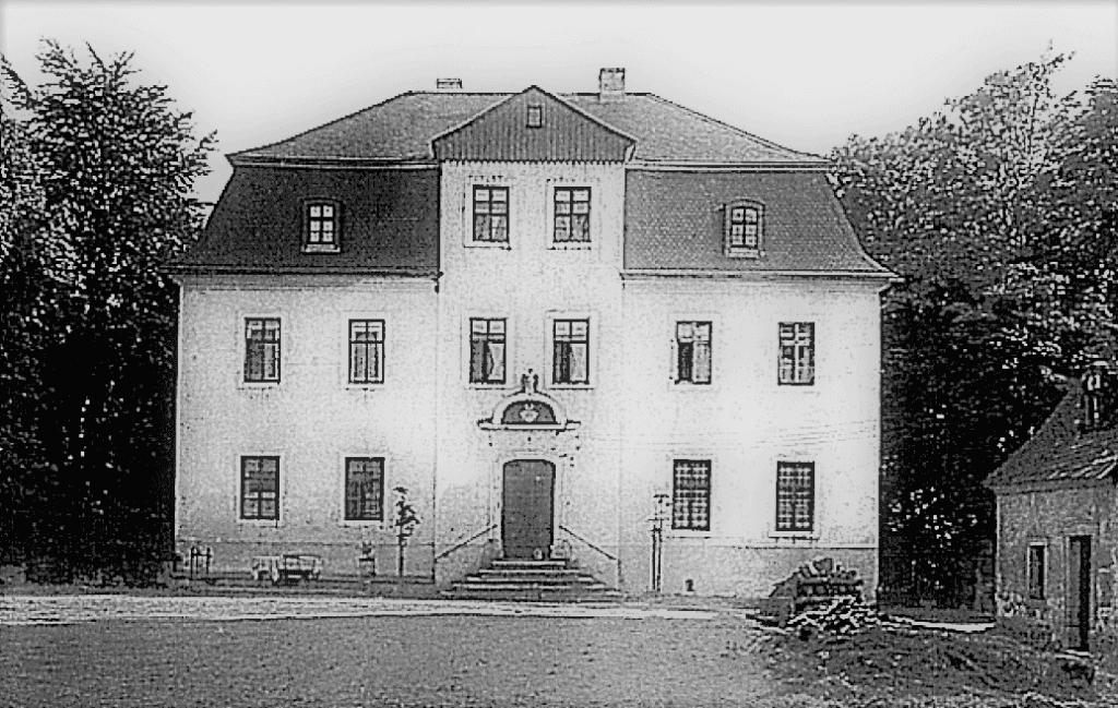 Abb. 4 Ansicht des Herrenhauses (im Hintergrund der Gutspark, rechts die Försterei) von der Gutshofseite im Jahre 1927 © Edith Bayerlein