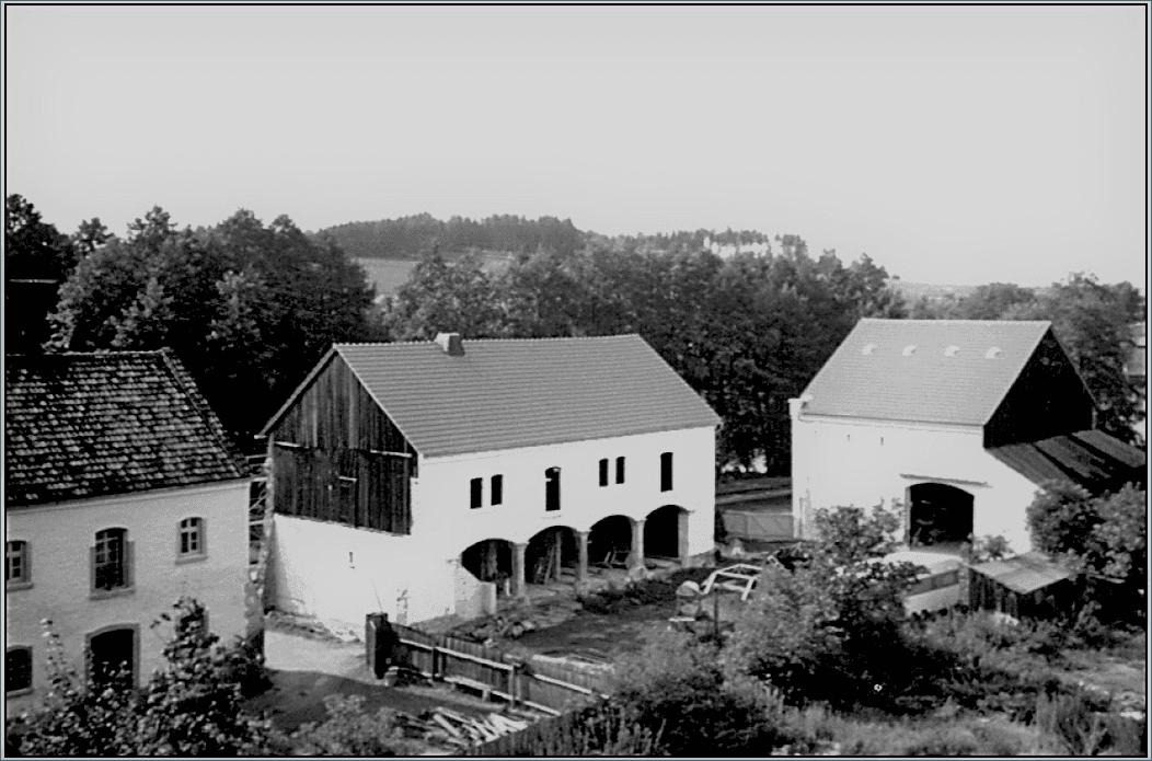 Abb. 11 Remise und westliche Scheunenhäfte während der Sanierung im Jahre 1993 © Schneider, Gröger