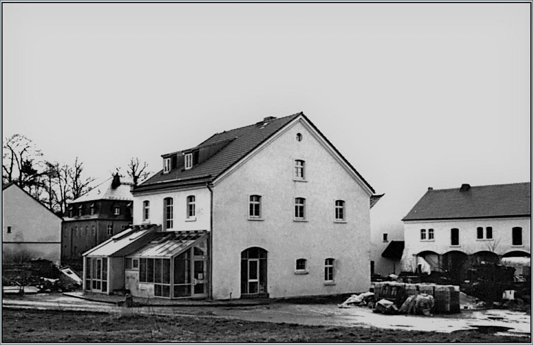 """Abb. 13 Hinter- und Seitenansicht des Milchhauses nach der Sanierung und Umnutzung (heute u.a. Bistro """"Die Hofstub"""") im Jahre 1996  © Schneider, Gröger"""