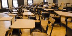 aula con banchi e sedie