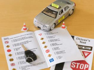 modellino di macchina con esame di guida e chiavi della macchina