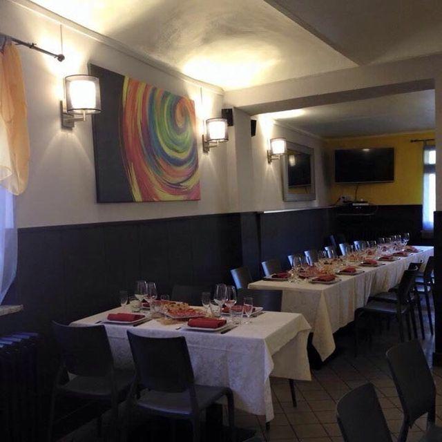 Bicchieri e piatti serviti per la cena su un tavolo al ristorante